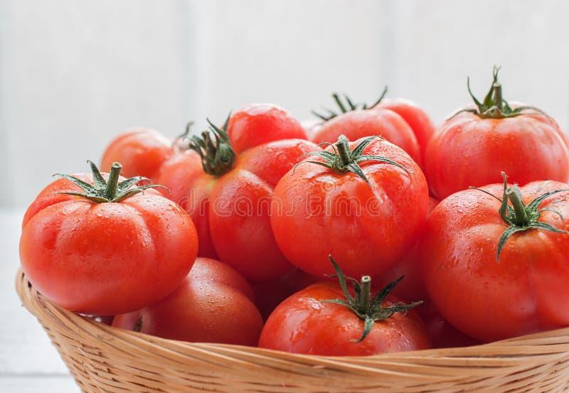 томаты корзины свежие стоковые изображения