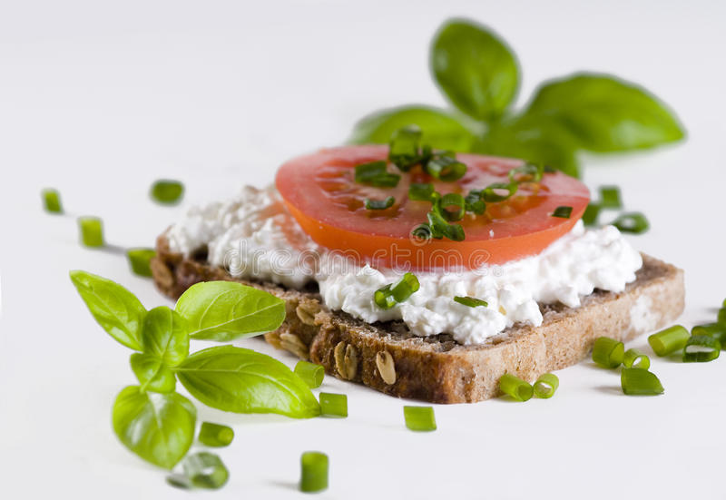 томаты коттеджа сыра хлеба стоковое изображение