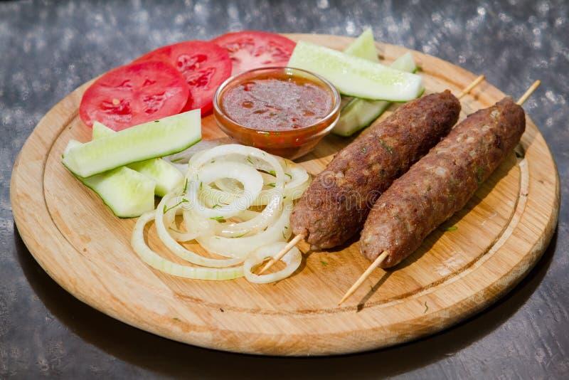 Томаты очень вкусной котлеты говядины испеченные и свежие и огурцы, замаринованные луки, красный соус и укроп, фото еды стоковые изображения rf