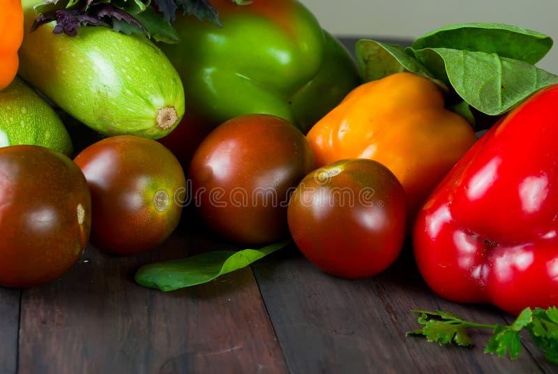 Томаты, перцы, огурец и овощи трав свежие стоковые изображения
