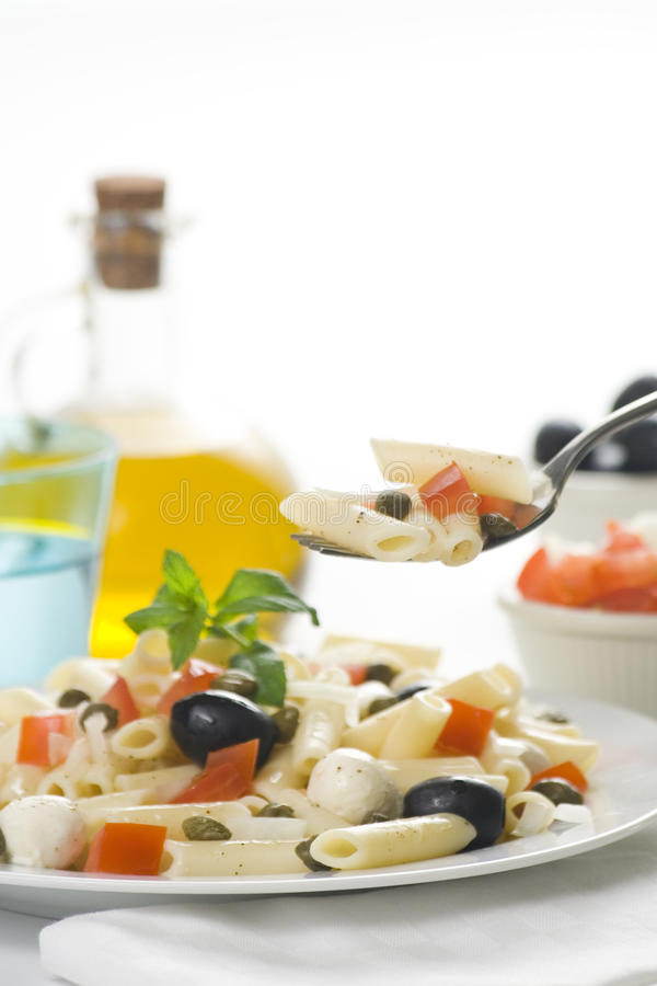 томаты салата оливок mozzarella макарон каперсов стоковые фотографии rf