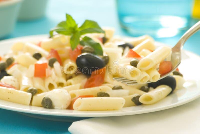 томаты салата оливок mozzarella макарон каперсов стоковое фото