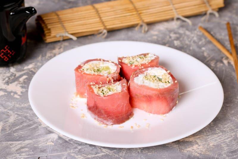 томаты mozzarella еды перста вишни Rolls семг с концом-вверх плавленого сыра стоковое изображение
