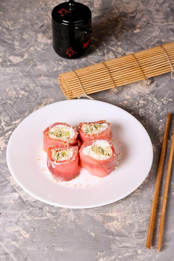 томаты mozzarella еды перста вишни Rolls семг с концом-вверх плавленого сыра стоковые фотографии rf
