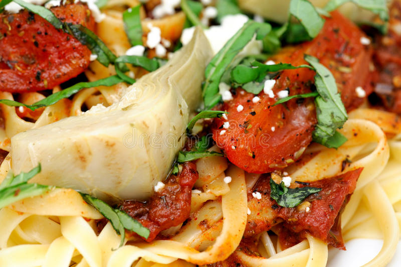 томат базилика близким зажаренный в духовке fettuccini вверх стоковая фотография rf