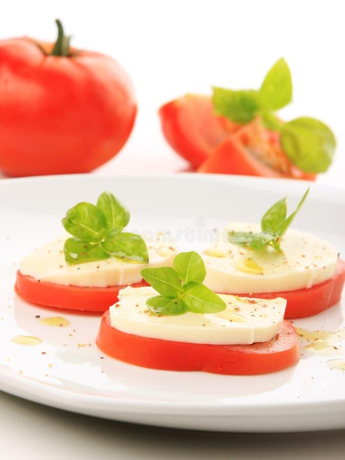 томат базилика служят mozzarella, котор стоковые фотографии rf