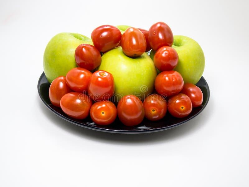 Томат вишни и зеленый цвет Яблоко стоковые фото