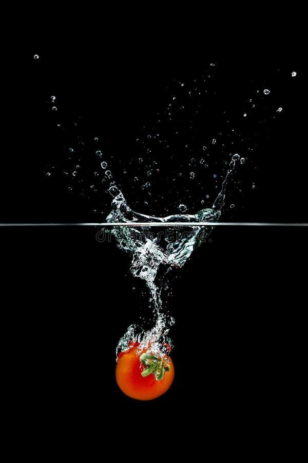 Томат в выплеске воды стоковое фото rf