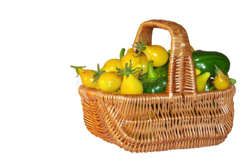 Download Томат и перцы в корзине стоковое изображение. изображение насчитывающей ингридиент - 37927871