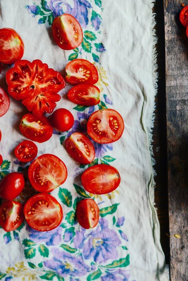 Томат на деревянном столе Свеже выбранные красные томаты Изменение o стоковые изображения