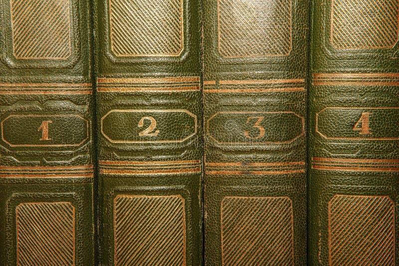 Тома старых книг с литерностью золота на крышке стоковые изображения