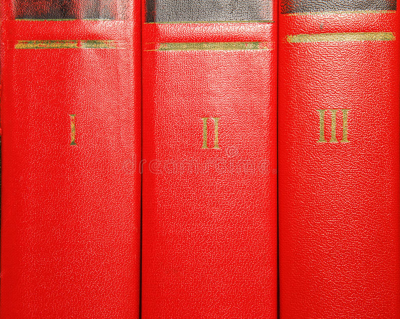 Тома старых книг с литерностью золота на крышке стоковые фото
