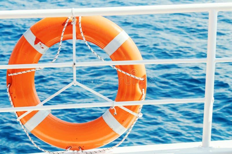 Томбуй жизни кольца на шлюпке Обязательное оборудование корабля Оранжевое lifesave стоковое фото
