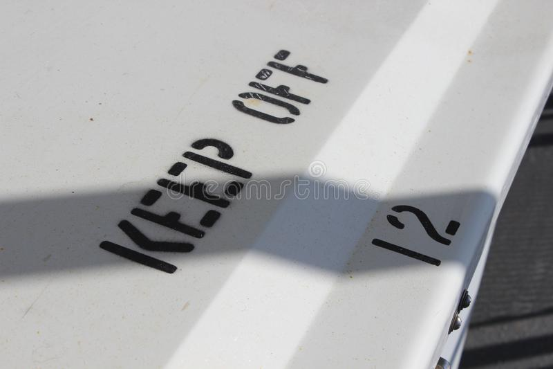 Томбуй и знак спасательного жилета на пароме стоковые фото
