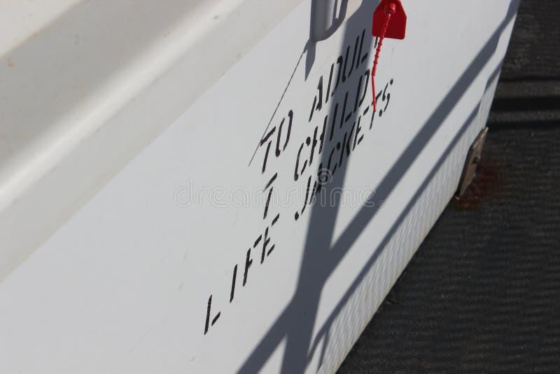Томбуй и знак спасательного жилета на пароме стоковое фото rf