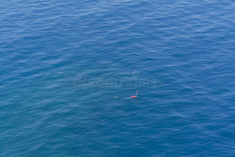 Томбуй отметки водолазов поверхностный в море стоковые фото