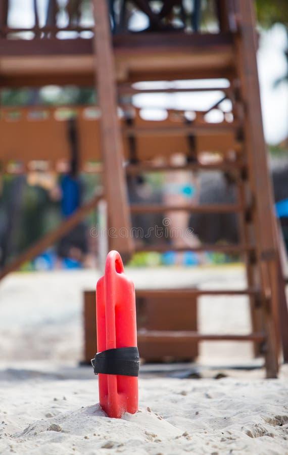 Томбуй предохранителя жизни в песке стоковая фотография