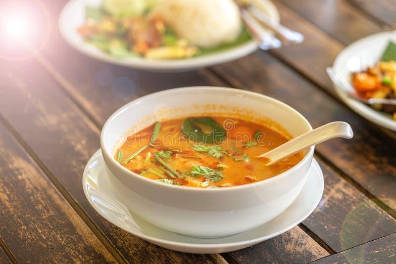 Том Ям Kung, тайская кухня на деревянном столе Предпосылка - другие тайские блюда стоковое фото rf