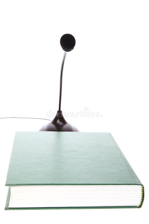 Тональнозвуковой микрофон и книга изолированные на белизне стоковые изображения rf