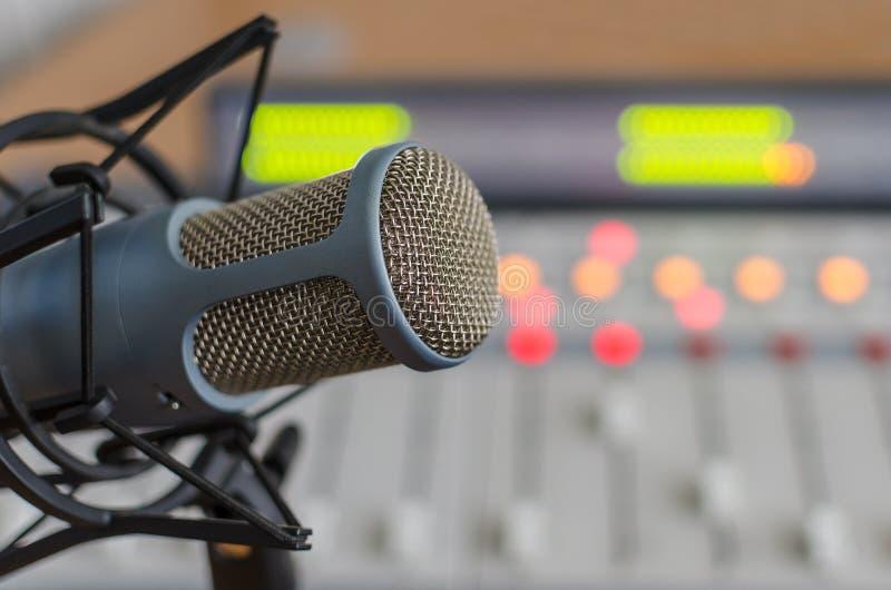 Тональнозвуковые consoleand и микрофон стоковое изображение
