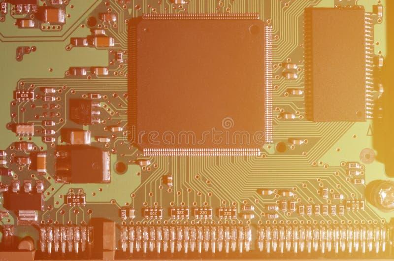 Тонизированное изображение макроса доски компьютера с много малых технологических элементов Весьма малая глубина поля Абстрактное стоковые фотографии rf