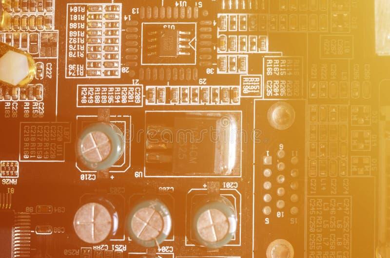 Тонизированное изображение макроса доски компьютера с много малых технологических элементов Весьма малая глубина поля Абстрактное стоковое изображение