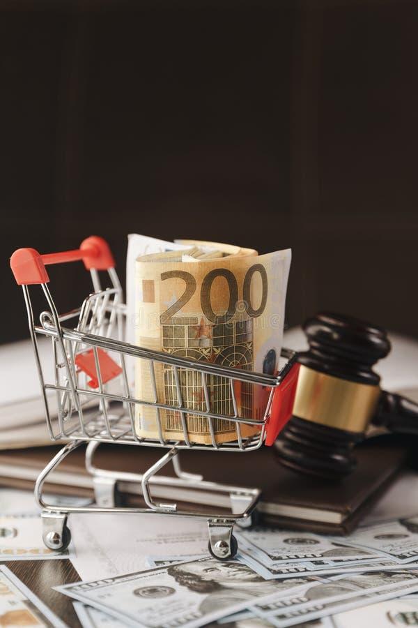 Тонизированное изображение - молоток судьи на банкнотах евро стоковое фото