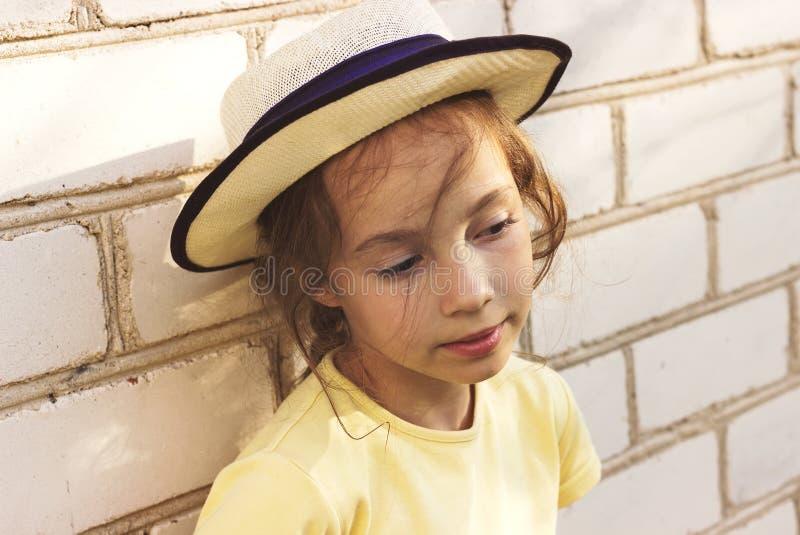 Тонизированный портрет крупного плана унылый мечтать маленькой девочки стоковое фото