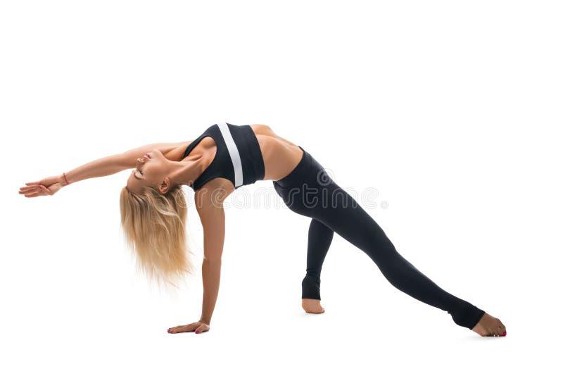 Тонкая белокурая делая съемка изолированная фитнесом стоковое фото