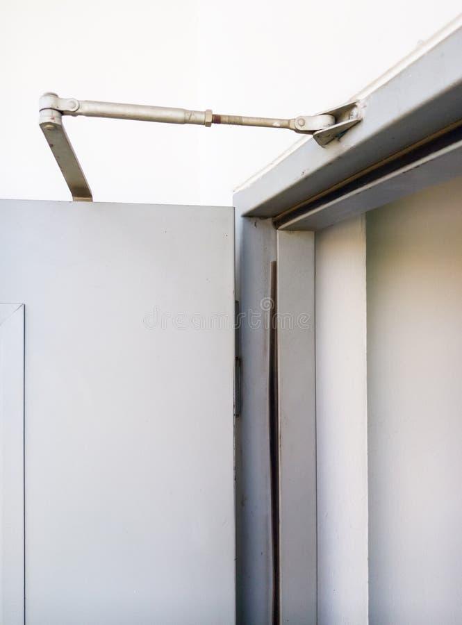 Тонкая дверь - более близкая на двери металла стоковые фото