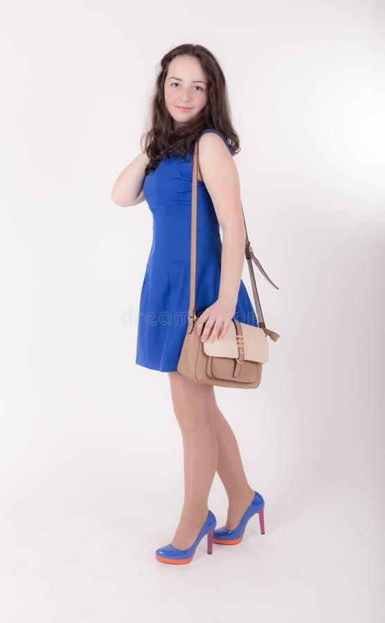 Тонкая предназначенная для подростков девушка с сумкой стоковое изображение rf