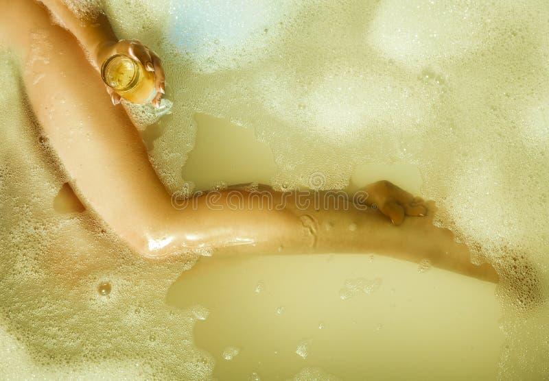Тонкая сексуальная белокурая девушка принимая ванну с стеклом шампанского стоковая фотография rf