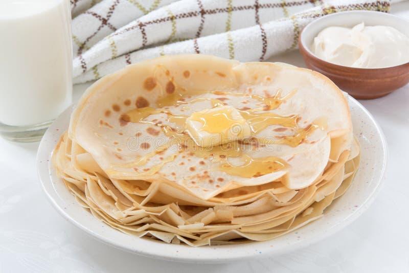 Тонкие блинчики с маслом и медом стоковая фотография