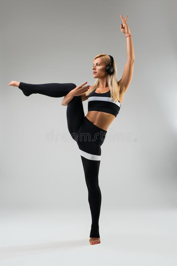 Тонкий белокурый делая взгляд фитнеса без сокращений стоковые фотографии rf
