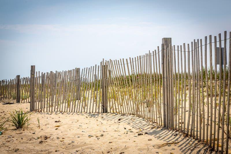 Тонкий пляж ограждая на винограднике Марта, Массачусетсе стоковое фото