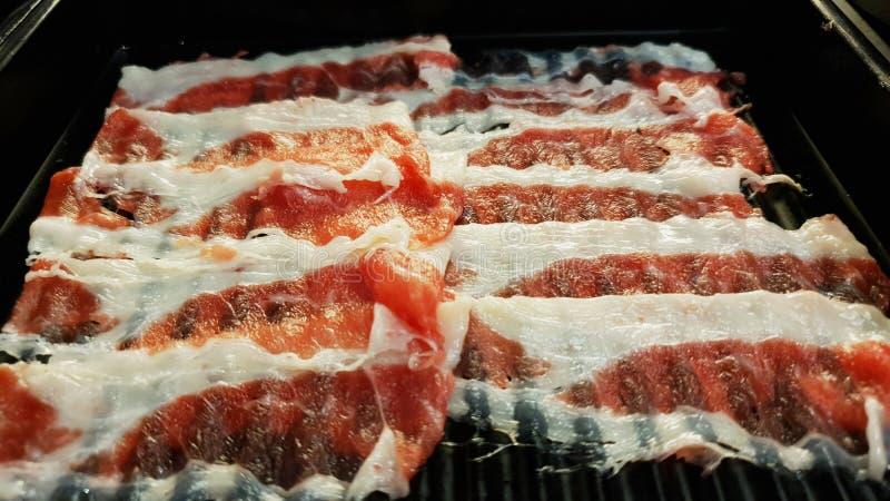 Тонко отрезанное сырое мясо на плите стоковая фотография rf