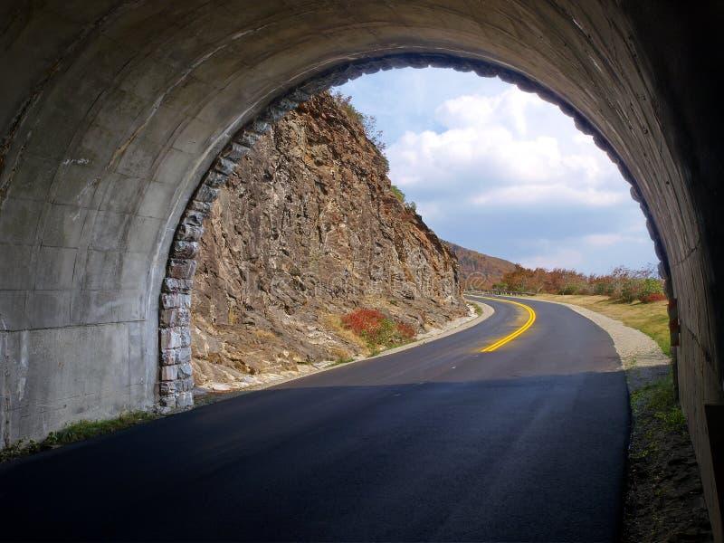 Download тоннель горы стоковое изображение. изображение насчитывающей environment - 18380127