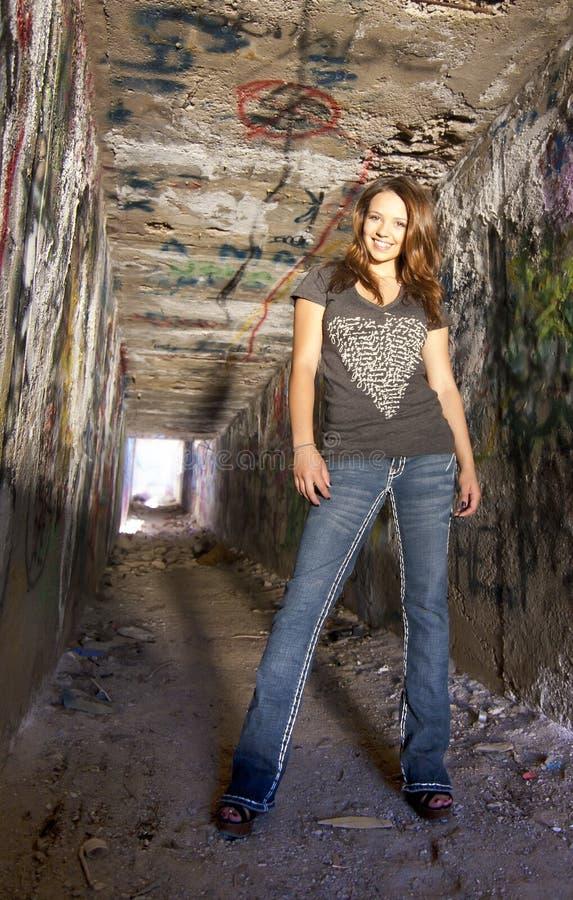тоннель grunge девушки предназначенный для подростков стоковое фото rf