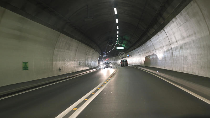 Тоннель дороги с автомобилями стоковая фотография