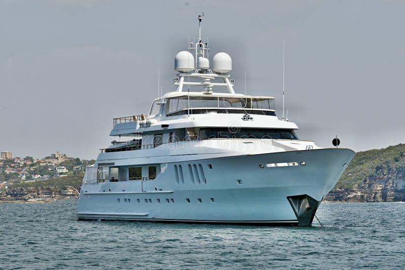 90 тонн плюс, роскошная курсируя яхта мотора супер на анкере в Sy стоковая фотография