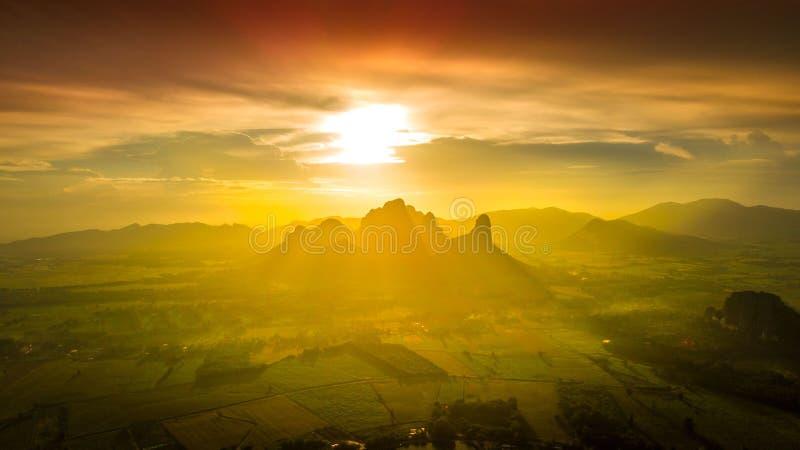 Тон апельсина предпосылки горы захода солнца ландшафта вида с воздуха стоковые изображения rf