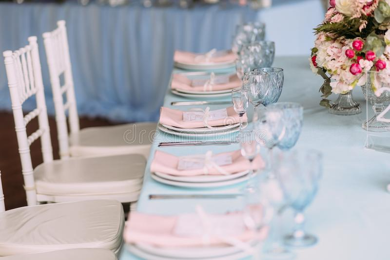 тон элегантного праздничного украшения таблицы голубой белый стоковое изображение