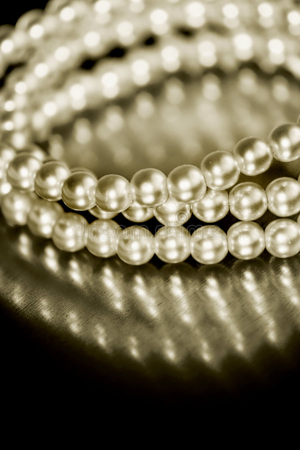 тон sepia перлы браслета стоковое изображение
