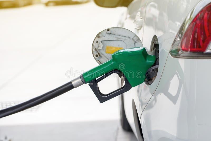 Топливное горючее масла Refill и заполнять на станции Бензоколонка - дозаправляющ Заполнить машину с топливом стоковая фотография