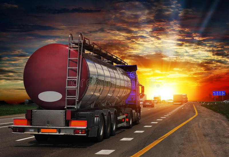 Топливозаправщик с топливозаправщиком хрома на шоссе стоковые изображения rf