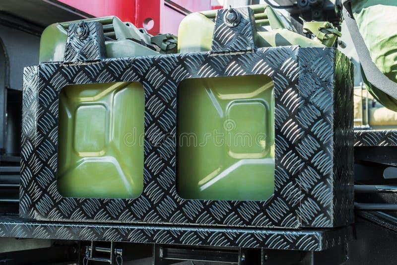 топливо может прикреплено к доске тележки стоковые фото