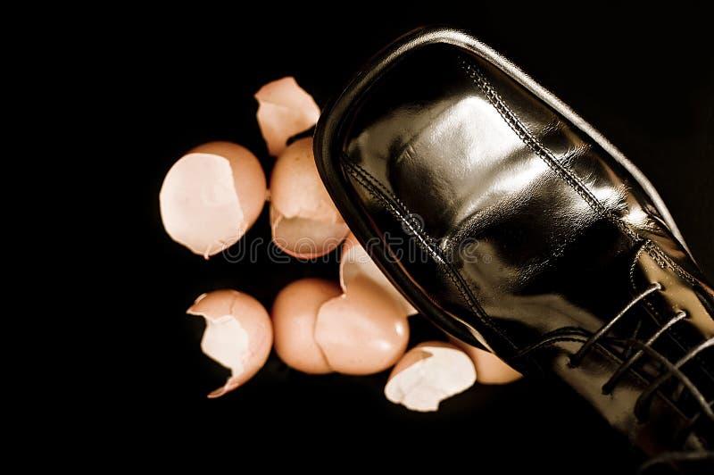 Топтать на eggshells стоковое изображение