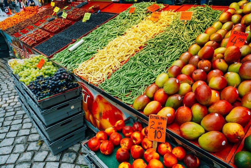Торговая еда фруктов и овощей в местном сене стоковая фотография rf