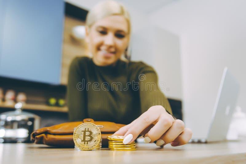 Торговая операция bitcoin женщины стоковое изображение