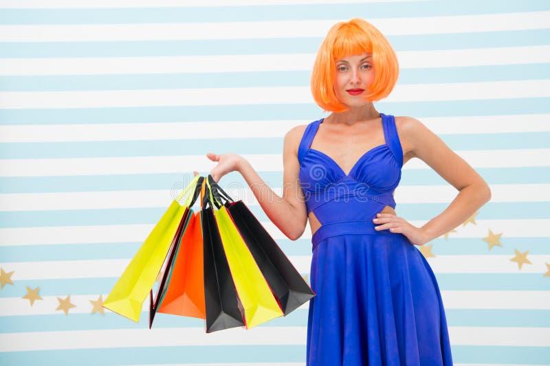 Торговая сделка Способ Черные продажи пятницы Счастливая женщина идет ходить по магазинам счастливая он-лайн покупка счастливые п стоковое фото rf